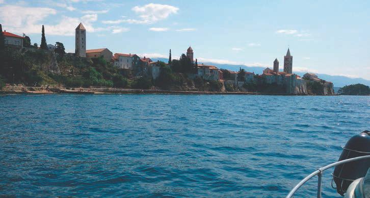 Vor der charakteristischen Küstenlinie von Rab sind häufig auch Delfine zu sehen.