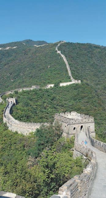 Der Mauerabschnitt bei Mutianyu ist ebenso gewaltig wie bei Badaling. Nach dem Aufstieg geht es per Rodelbahn entspannt hinab ins Tal.